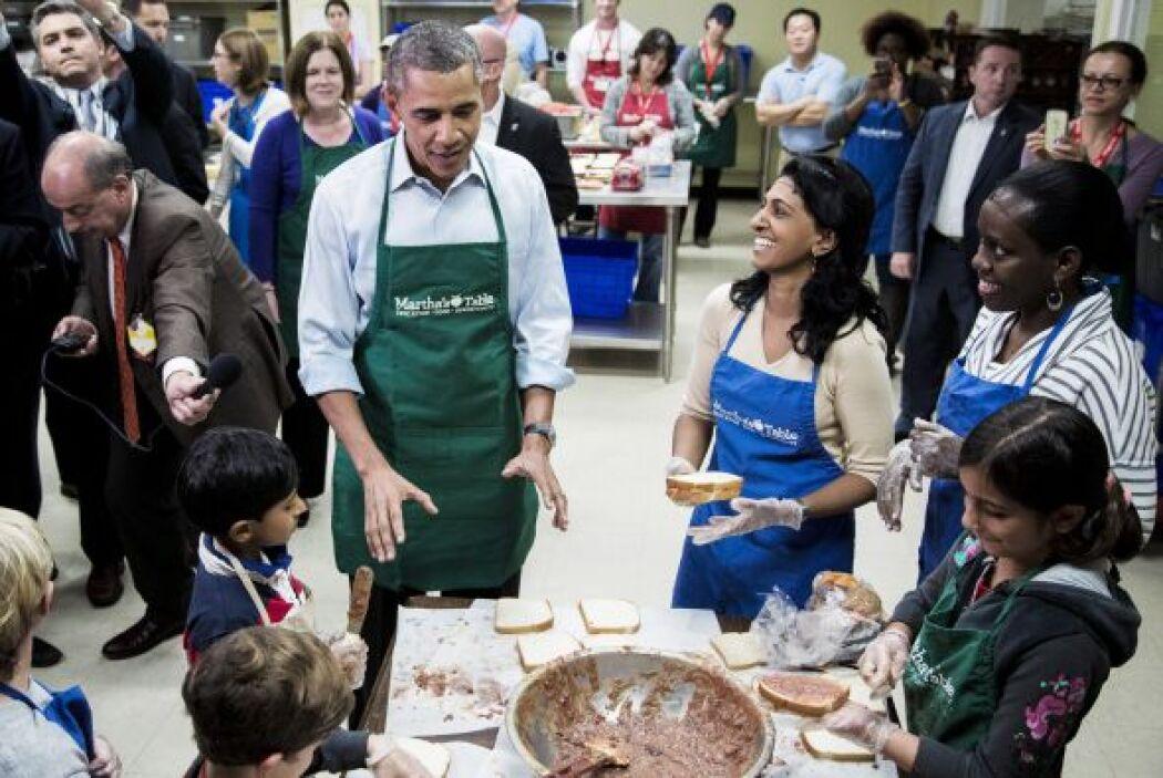 Obama pidió le explicaran la técnica correcta para hacer un buen sandwich.