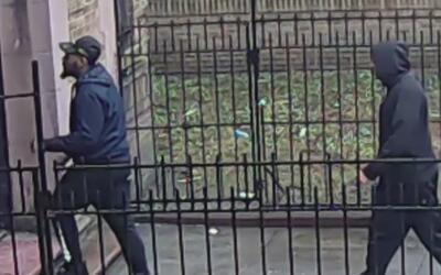 Un hombre fue tirado al suelo, golpeado y robado por dos sospechosos en...