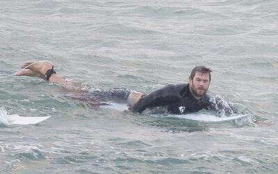 Chris Hemsworth surfea