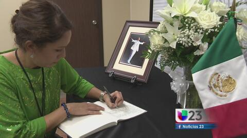 Libro de condolencias para Juan Gabriel en Dallas
