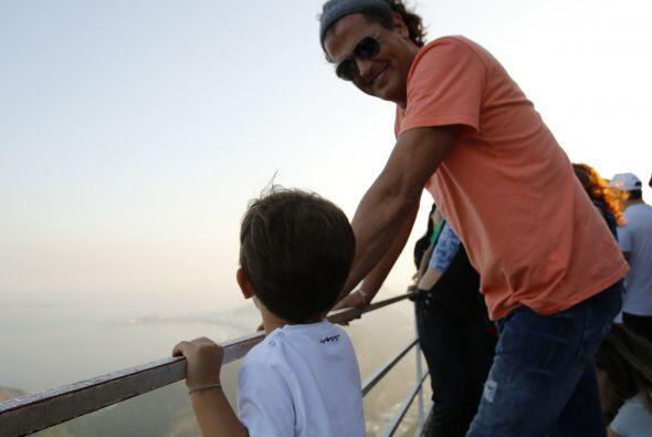 Padre e hijo observan el paisaje a 396 metros de altura en el Pão de Açú...