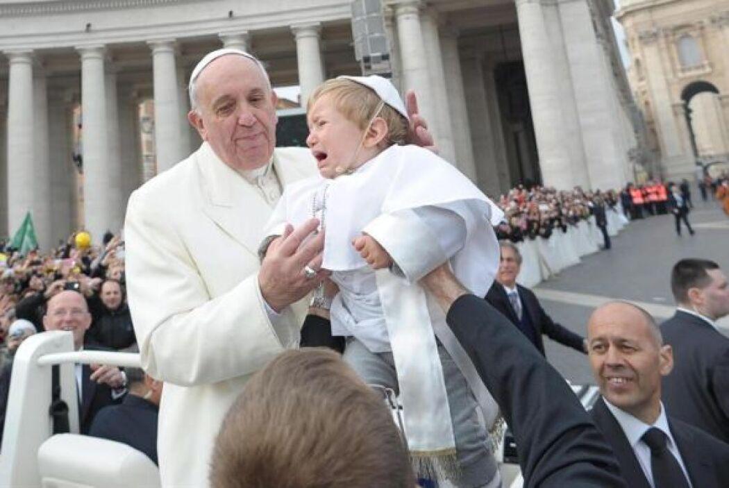 El papa Francisco fue sorprendido mientras se dirigía a dar su audiencia...