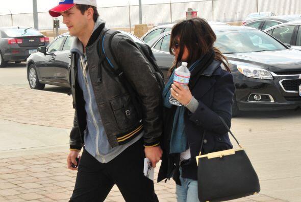 La pareja aceleró el paso para evitar las cámaras, pero las condiciones...