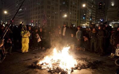 Algunos manifestantes quemaron objetos en la vía pública