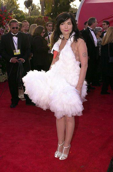 Si de hablar de los peores vestidas en los Oscar, definitivamenjte Björk...