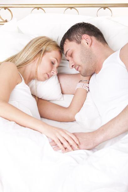 De acuerdo con la experta, observar cómo duermes con tu pareja sirve par...