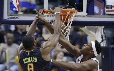 Dwight Howard (8) de los Hawks de Atlanta clava el balón frente a...
