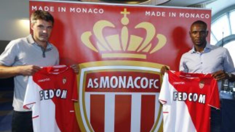 Abidal, a la derecha, fue presentado como refuerzo del Mónaco junto al t...