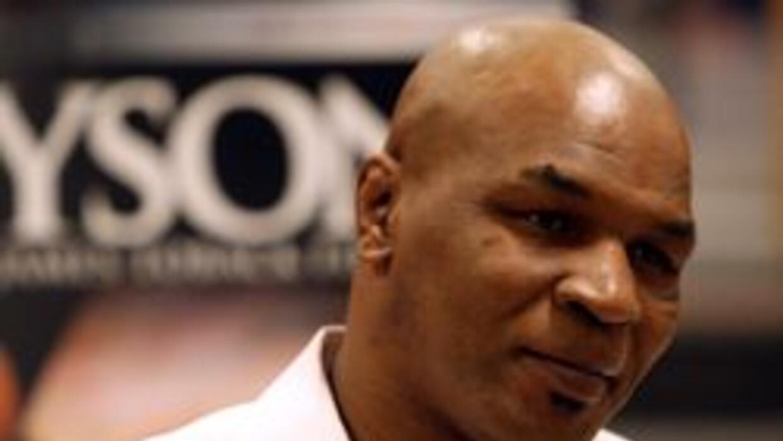 Liberan a Tyson tras golpear a un fotografo en el aeropuerto de Los Ange...