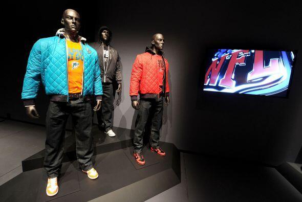 La ropa deportiva para los aficionados tuvo su espacio, chamarras, pants...