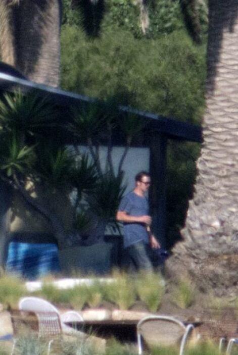 Brad estuvo vigilando a sus hijos durante todo el día.