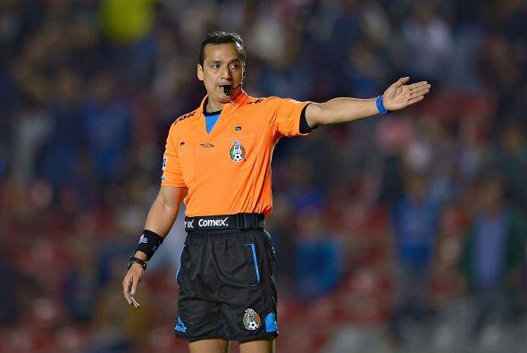 Una jugada antes de la polémica el árbitro y su asistente habían anulado...