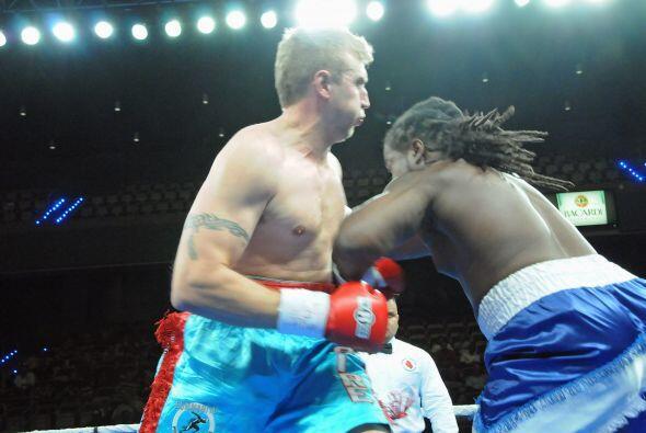 Johnn Wesley Nofire (izquierda) y Robert Duton se enfrentaron en el peso...