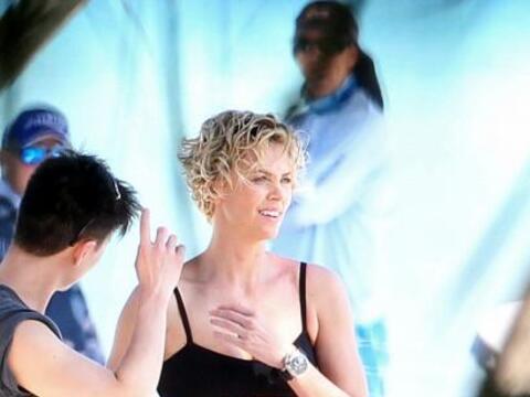 Charlize realizó tremendas fotos en traje de baño. Mira aquí los videos...