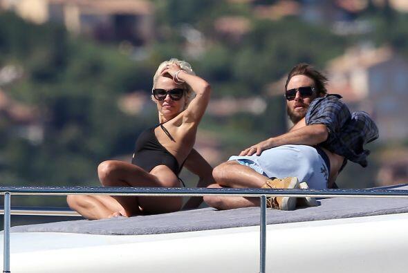 Un par de semanas después, Pamela se relajaba a bordo de un lujoso yate...