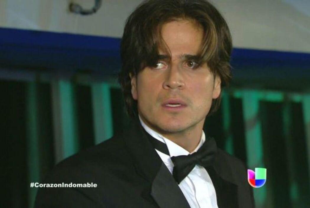 Octavio llega a rescatar a Maricruz y golpea a Tony para que la suelte.