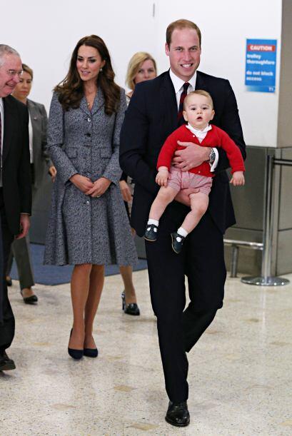 Los papás reales fueron captados en Australia dándole cariños a su hijo...