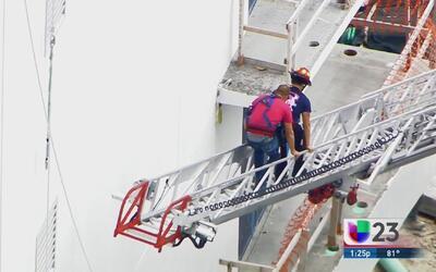 Accidente deja a dos trabajadores colgando de andamio en Hallandale Beach