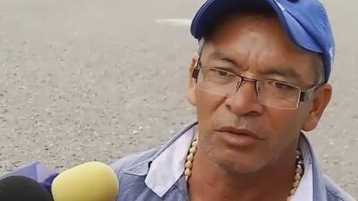 Familiares de normalistas salen molestos tras reunión con autoridades