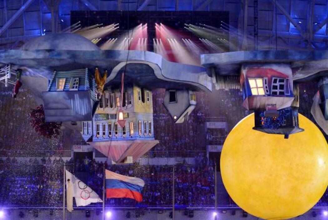 Una banda militar de tambores y 62 pianos de cola en el escenario.