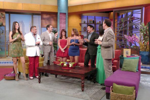 Los presentadores felicitaron y llenaron de piropos a las guapas chicas.