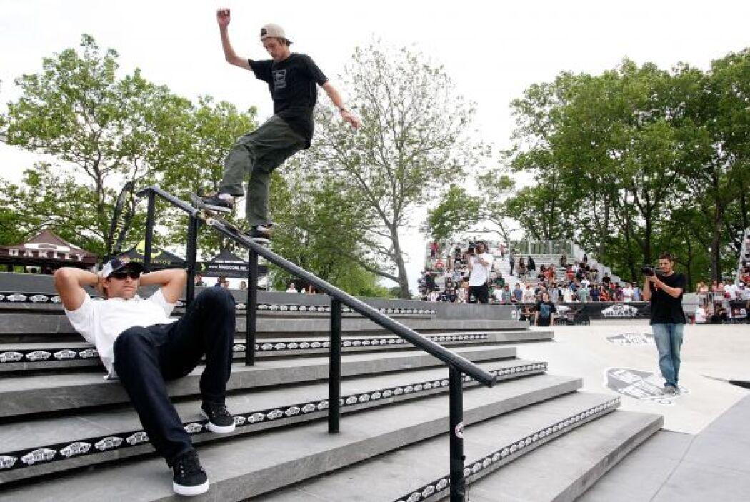 Ryan Decenzo fue el primero que saltó con su patineta sobre el quarterba...