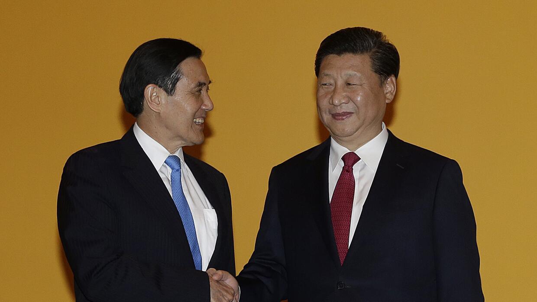 El presidente chino Xi Jinping y el taiwanés Ma Ying-jeou.