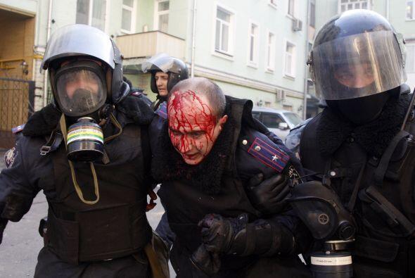 Los enfrentamientos entre policías y manifestantes se recrudecier...
