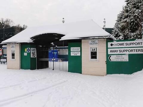 El fútbol de Inglaterra se vio afectado por la nieve, que oblig&o...