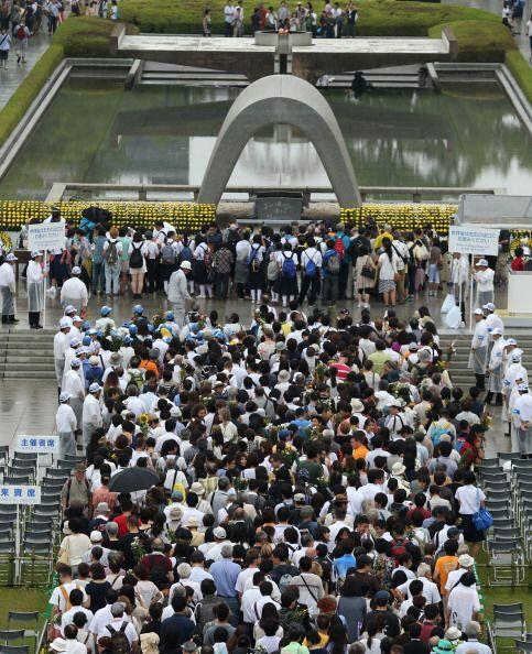 La ceremonia transcurrió bajo una fina lluvia y marcada por el si...