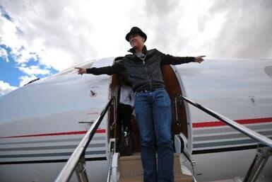 Acompañamos a Prince Royce en su avión privado y te tenemos todos los de...