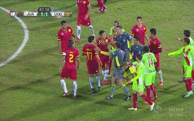 Los ánimos se calientan entre el FC Juárez y la U de G y casi llegan a l...