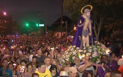 Miles de personas salieron a alabar a San Lázaro en Hialeah