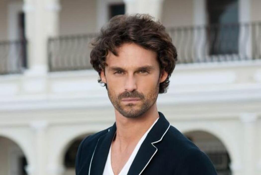 Iván Sánchez es Hernán. Él es un antiguo compañero de estudios de Marina...