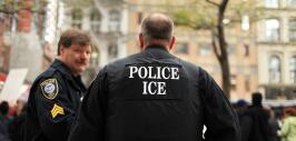 Policía junto a un agente federal de ICE.