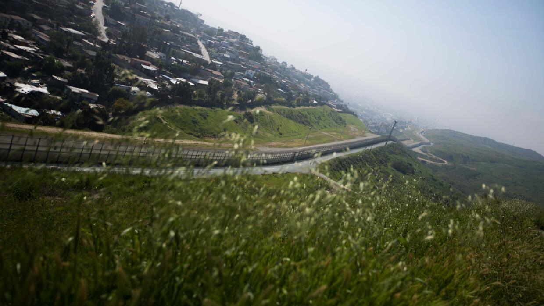 La montaña con doble valla por la que cruzará Antonio a la altura de la...