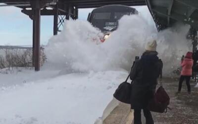 El videito: un tren lanza una gran ola de nieve sobre los pasajeros que...