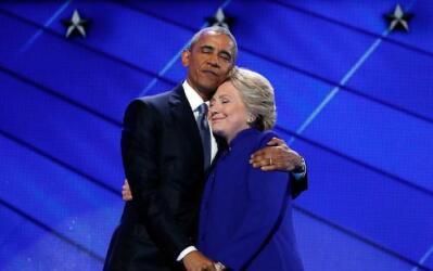 Hillary salió a abrazar a Obama al final de su discurso.