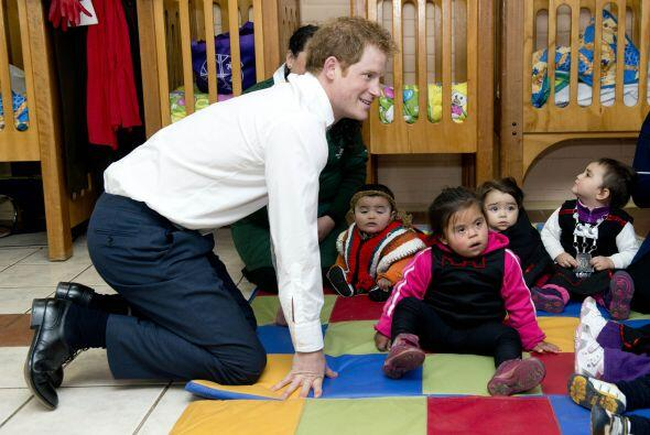 Además tuvo un momento para jugar con los niños del centro escolar y se...
