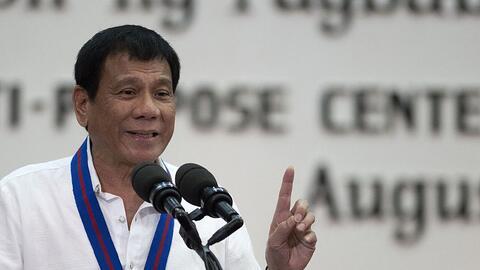 Rodrigo Duterte, presidente de Filipinas, gesticula durante un discurso...
