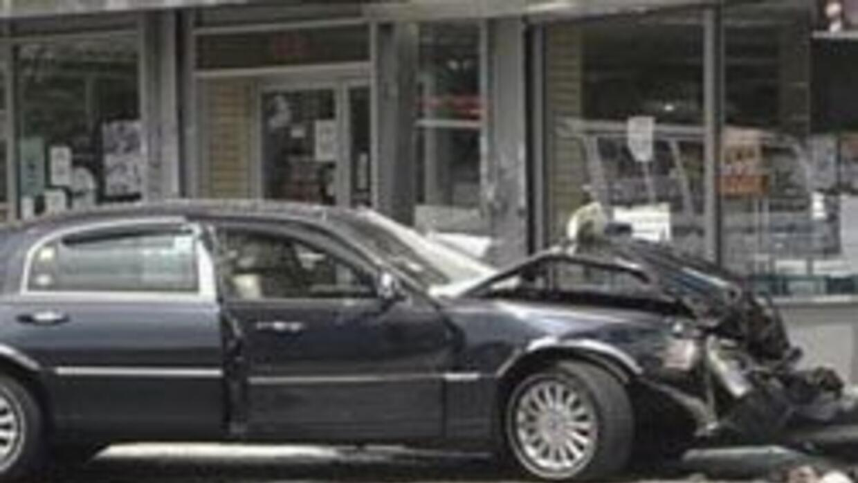 Un muerto y ocho heridos luego de que taxi chocara contra parada de auto...