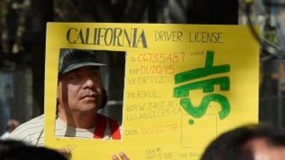 Un inmigrante participa en una manifestación en Los Ángeles, en donde pi...