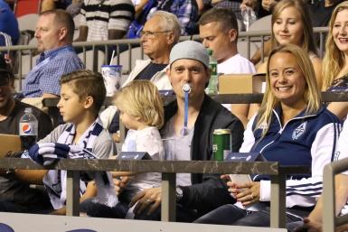 El cantante llevó a su pequeño Noah a un partido de los Vancouver Whitec...