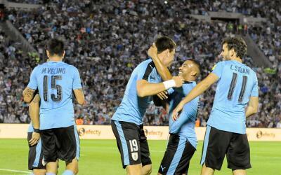 Uruguay festeja uno de los goles que marcó al conjunto de Ecuador.