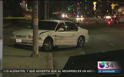 Conductora se estrella contra una parada de autobús y se da a la fuga