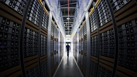 Una sala de servidores de un centro de datos de Facebook y su servicio F...