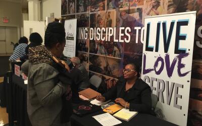 Los voluntarios de la iglesia alentaron a los parroquianos a registrarse...