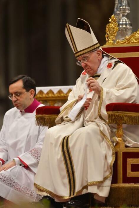 La misa oficiada en la basílica de San Pedro del Vaticano abre el Triduo...