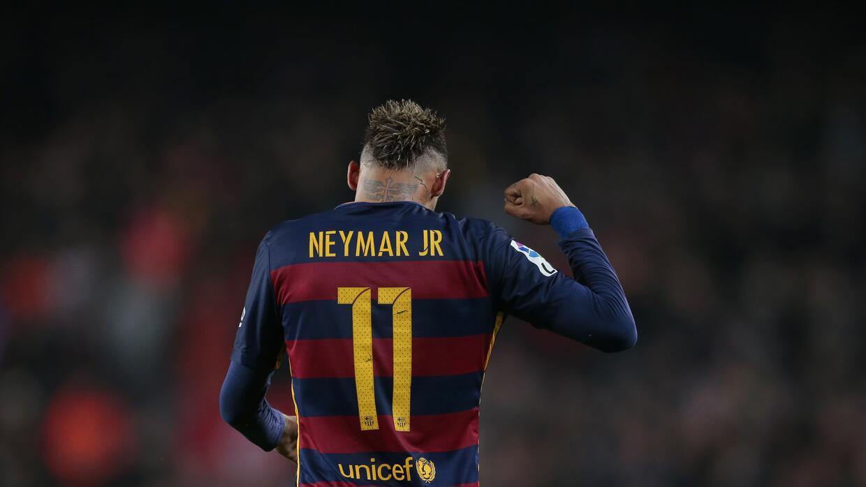 El jugador del Barcelona, Neymar, festeja tras anotar un gol contra Athl...