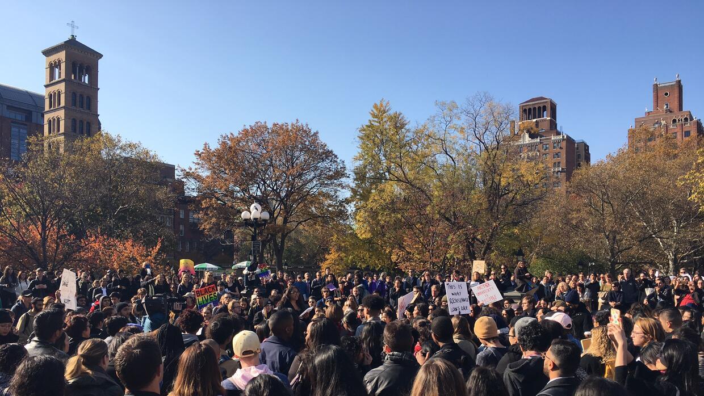 Varios estudiantes de New York University (NYU) se aglutinarion en el Wa...